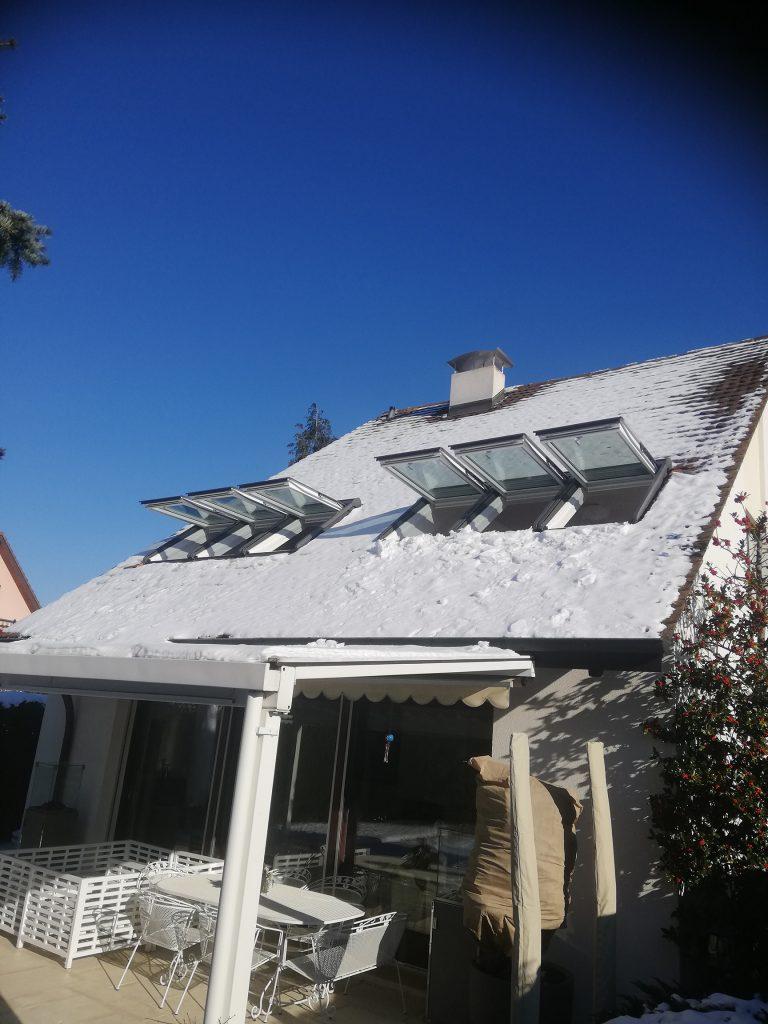 Zwei Dreier Kombinationen VELUX Dachfenster mit individuell gefertigtem Innenfutter von Aussen
